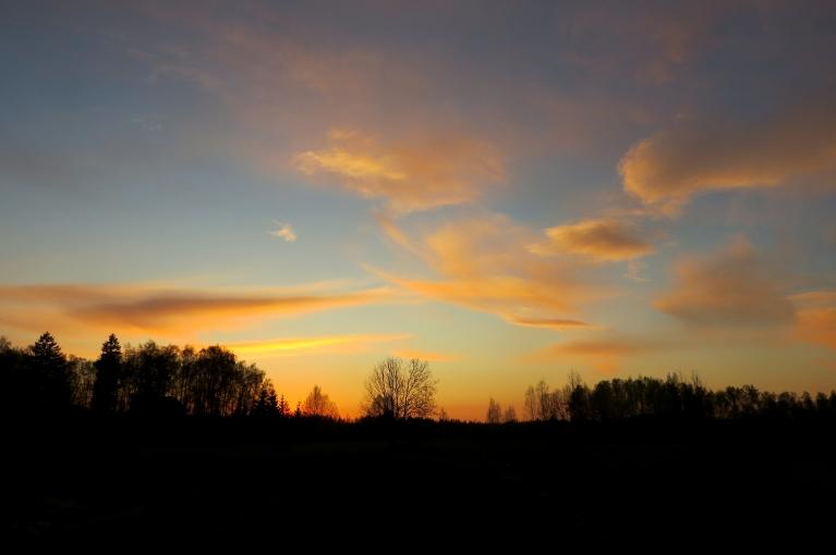 """Pēc saules rieta debesīs vēl """"ganās"""" persiku nokrāsas mākonīši."""