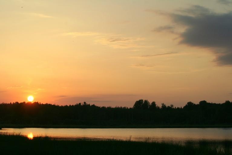 Saulgriežu dienas vakars uz ezera, gaisa t. +23 C (21.06. pl. 21:45)
