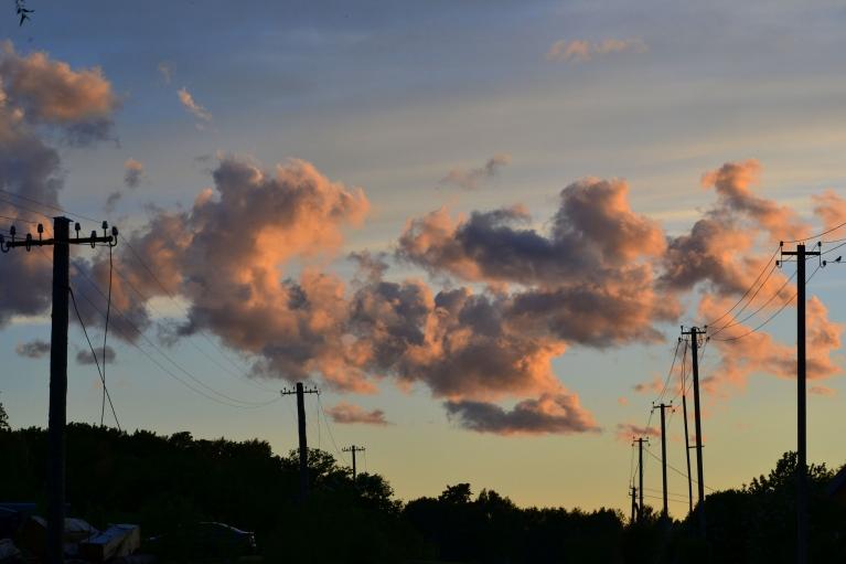 Mazliet pirms saulrieta vēl palikušie gubumākoņi krāsojas rozā.