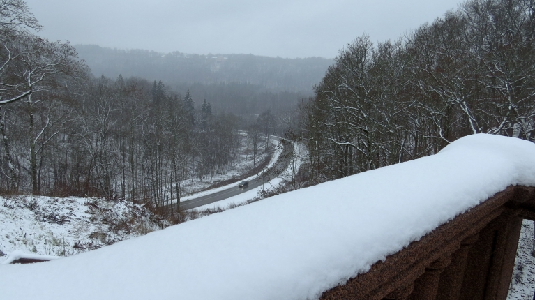 Skats no Siguldas pils puses uz Gaujas senleju. Sniega segas biezums svārstās starp 6-7 cm.