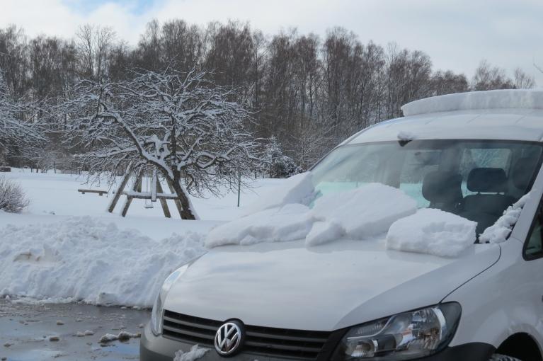 Ap desmitiem  tik silts, ka uz tumšā asfalta viss sniega pārpalikums jau nokusis.