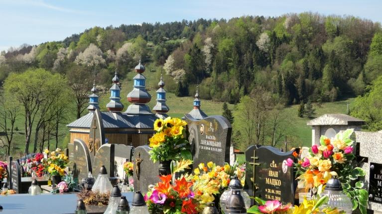 Pareizticīgo baznīciņa un kapsēta Ukrainas pierobežā.