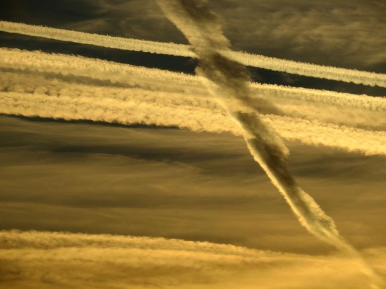 un lidmašīnu sastrīpotas debesis.