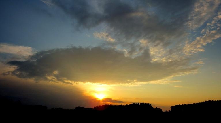 Saule riet paplānos mākoņos, jācer, ka rīt kaut nedaudz nolīs.