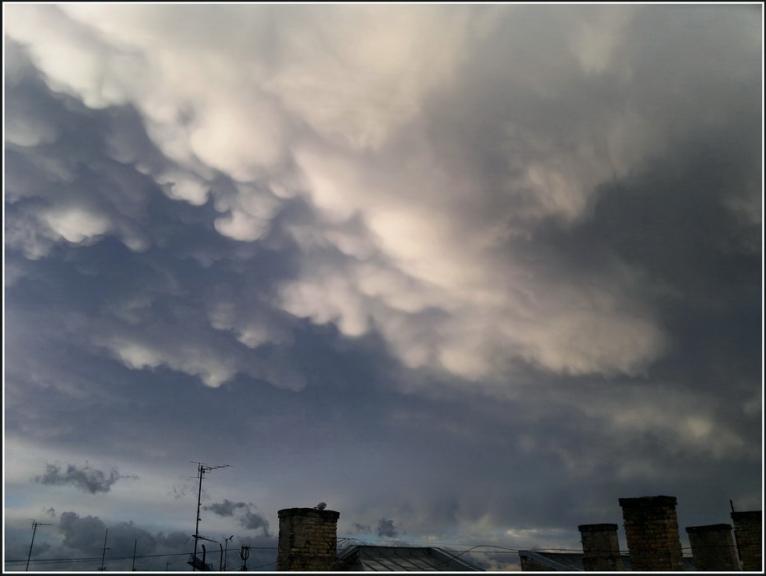 Aizejoša negaisa mammatus cloud