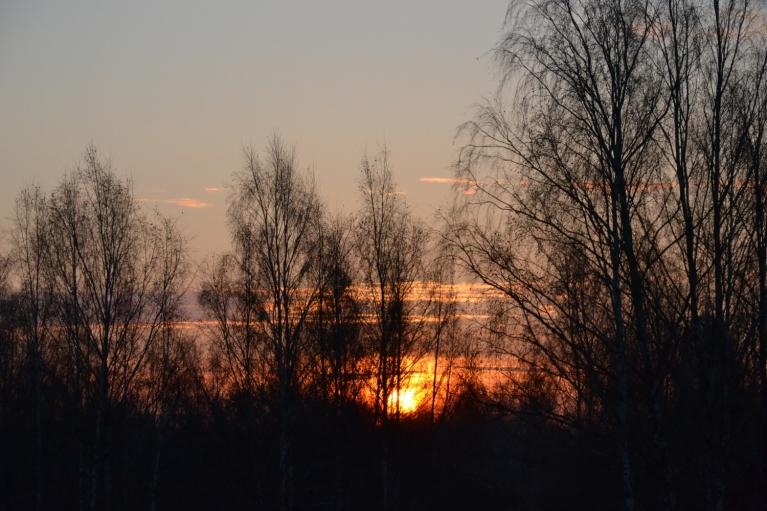 Taču saulei austot, tie jau ir izklīduši, un diena izvēršas skaista un saulaina.