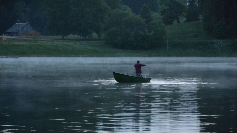 Pēc saulrieta kļūst tik vēss, ka no tuvējā Ievas ezera sāk celties neliela migla. Arī šī vēsā vakara sajūtas pieveienojas atmiņām par jūniju Latvijas ārēs...
