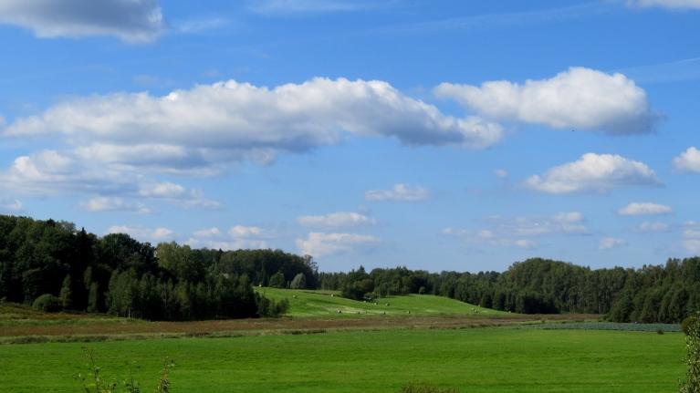 Cik patīkami skatīt gaiži zilas debesis ar laba laika mākonīšiem!