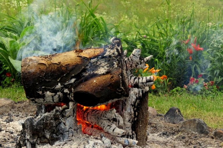 """Dodos """"sačubināt"""" ugunskuru, kurš bez pārtraukuma manā pagālmā deg kopš saulgriežu vakara."""