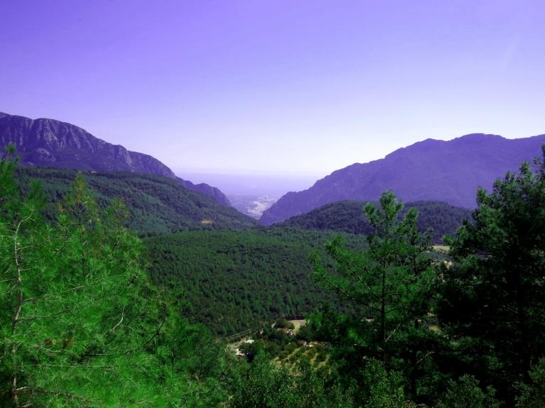Kādu kilometru zem mums - starp kalniem- Vidusjūras piekraste.
