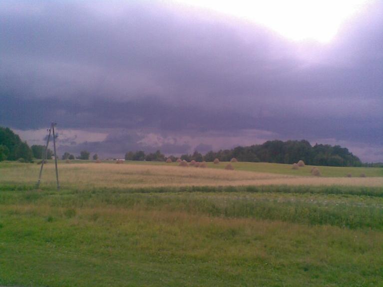 2010. gada karstais jūlijs un viens no negaisiem 18.07.2010. Gubiņas aizmugres plānā vēl nenojauš, ka tiks aplucinātās pirmsnegaisa vēja brāzmās. Sevišķi spēcīgas lietus gāzes toreiz nebija.