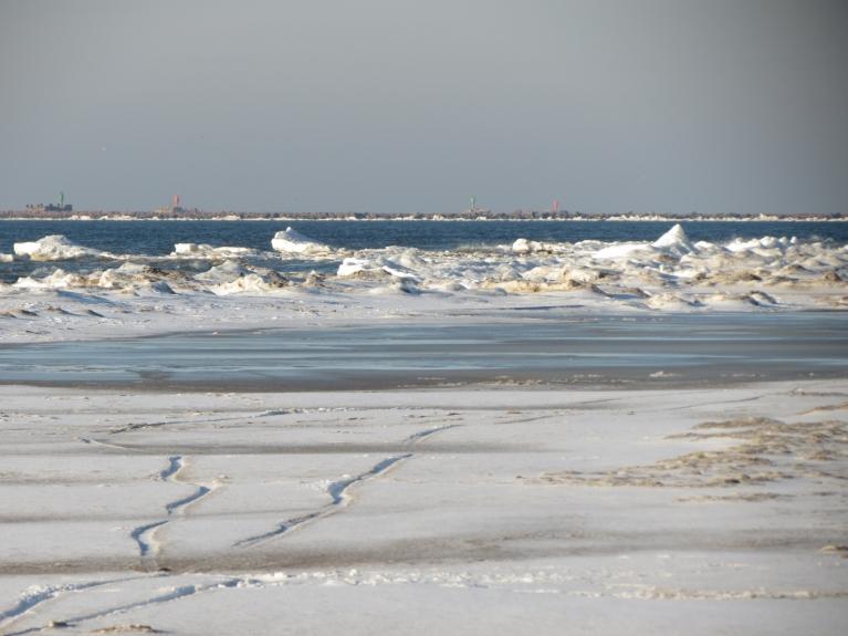 Pie pašas jūras (tuvāk krastam) gan fotografēšanas brīdī nevienu nemanīju, visi pastaigājas gar tradicionālā līmenī esošo jūras malu un smiltīm