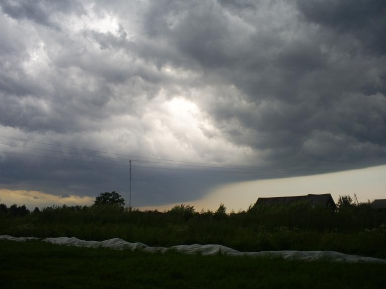 Negaisa tuvošanās 19.07.2009., ZR apvārsnis skatoties no manis. Cik atceros, mākoņi toreiz sabiedēja, bet neko sevišķu neatnesa: Pāris rūcienus un mērenu lietu.