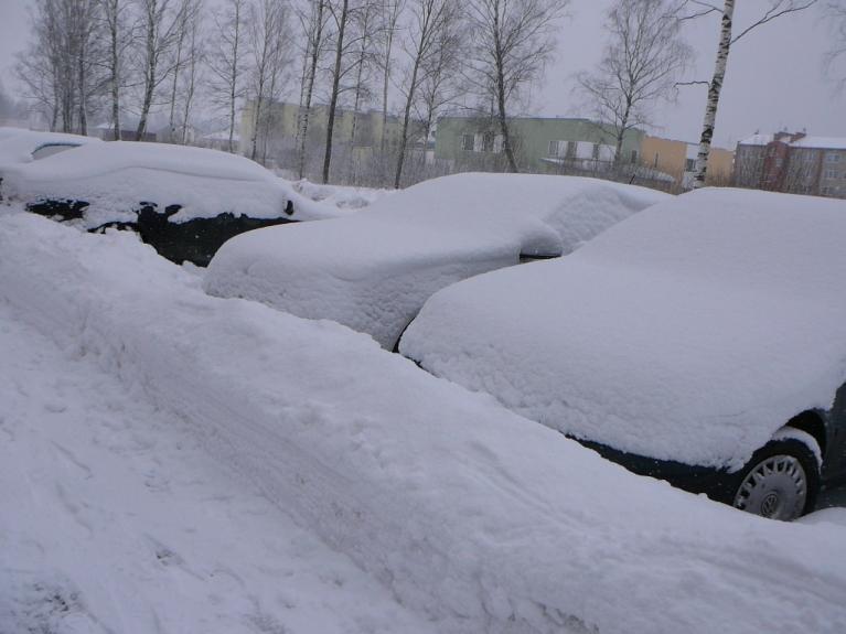 """Autors: Migla. Sigulda, 3. marts. Visām mašīnām pa nakti """"uzsegti"""" sniega """"kamzolīši""""."""