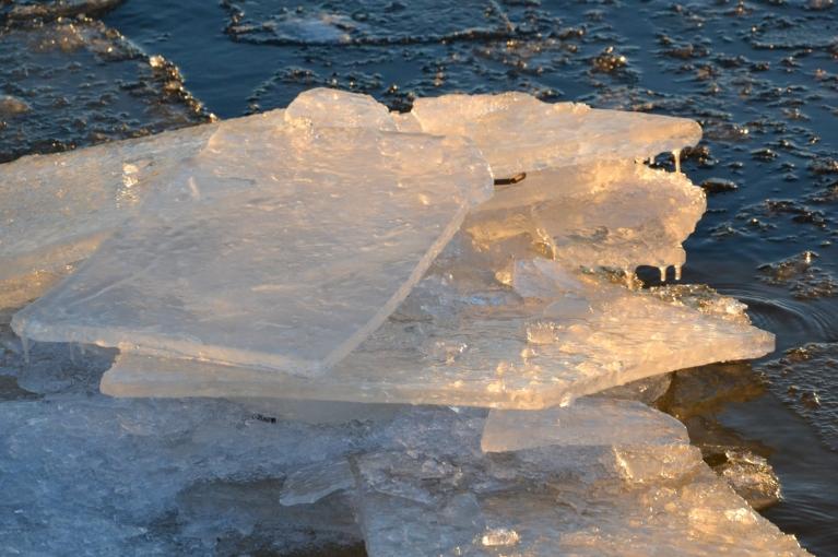 Saule laižas uz rietu un tas atspoguļojas arī nelielajos ledus krāvumos, tiem kļūstot rudākiem. Jauks jaukas dienas noslēgums. :)