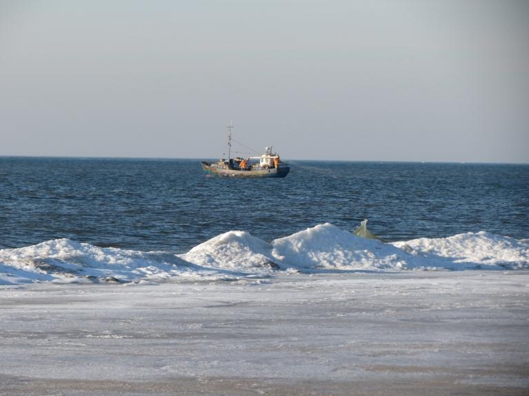 Turpat netālu kāds zvejas (?) kuģītis, ik pa laikam redzamas viļņu sļakatas