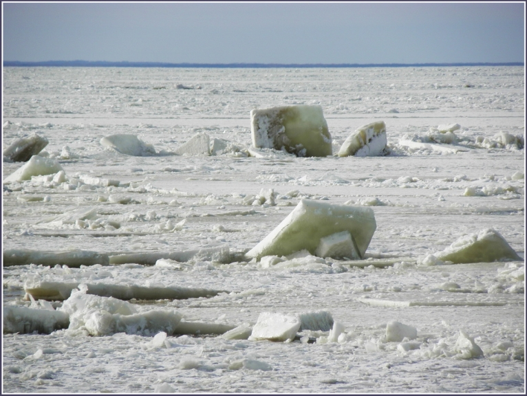 Jūra aiz ledus grēdas(piezumēts),izskatas,ka tur visai nedroši.