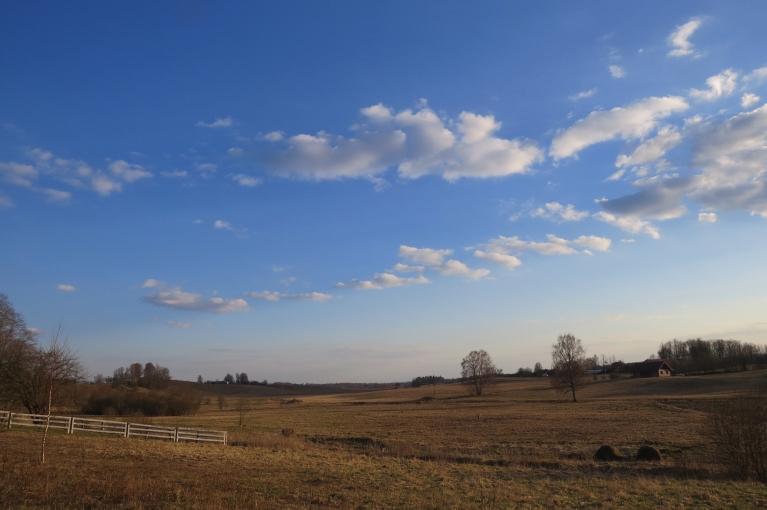 Pēc 7. un 9. aprīļa lietavām šī bija saulaina diena.