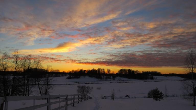 Pēc saulrieta debesis krāsojas intensīvos toņos.