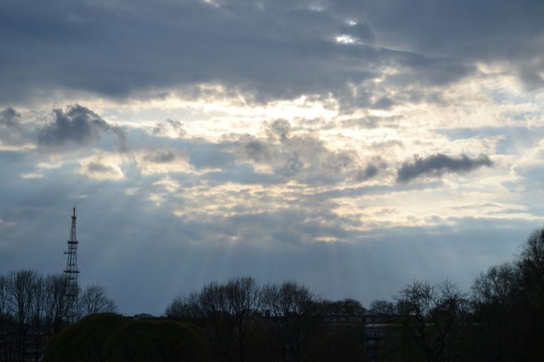 Siltums nāk līdzi ar mitrumu, un pievakarē veidojas pirmie negaisi, kas gan ir necili un aiziet gar pamali. Šeit caur negaisa malu cenšas spīdēt saule.