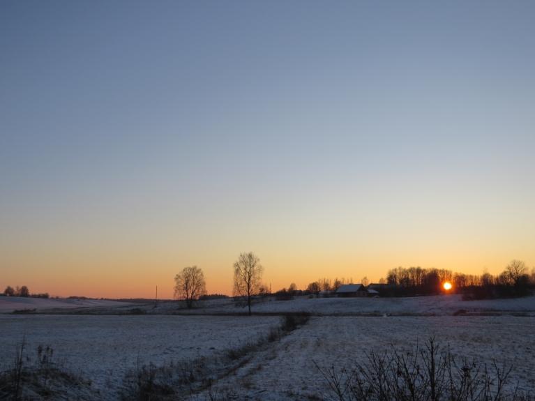 Noriet saule, sākas skaidra, auksta nakts.