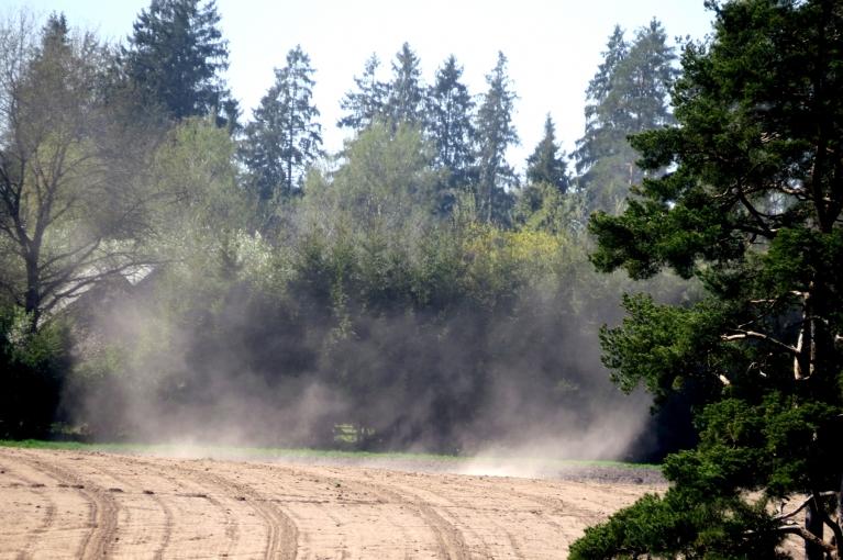 Zeme ir ļoti sausa, tāpēc virs arumiem var vērot nelielus smilšu un putekļu virpuļus.