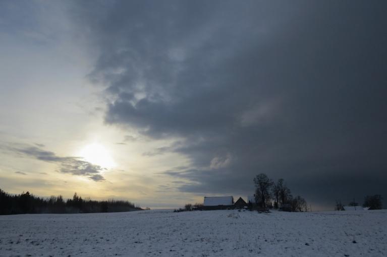 Ap vienpadsmitiem jau sniega mākoņi atkal ir klāt.