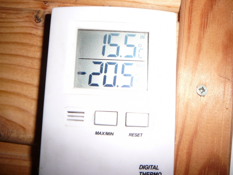 Septiņos no rīta termometrs pie loga rāda -20,5 grādi