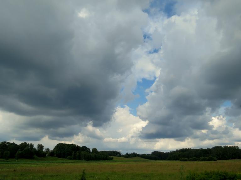Ap vienpadsmitiem sāk milzt mākoņi, kas ceturksni pirms divpadsmitiem atnes pirmo pērkona lietusgāzi.