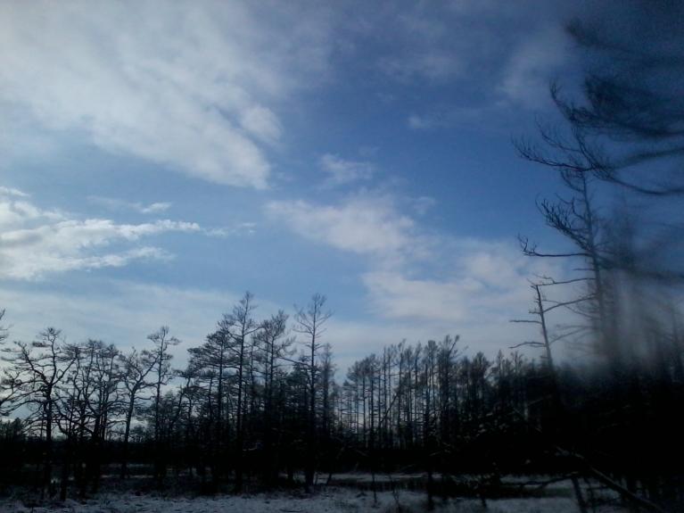 Uz vakaru parādās skaidru debesu laukumi un brīžiem arī saule īslaicīgi uzspīdēja.