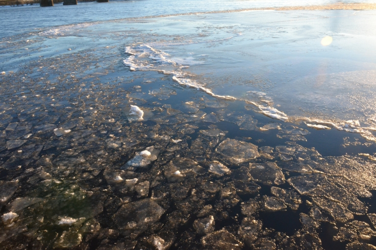 Daugavā pretī Gaismas pilij ledus sega jau ir nepilnīga. Te, pa straumei ar dzirdamu skaņu pārvietojas ledus gabali, grūžoties viens otram virsū.