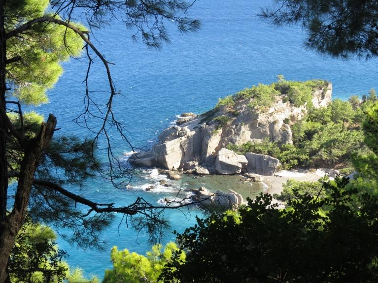 ... un siltās jūras (+27 grādi) ūdeņu zilā krāsa.
