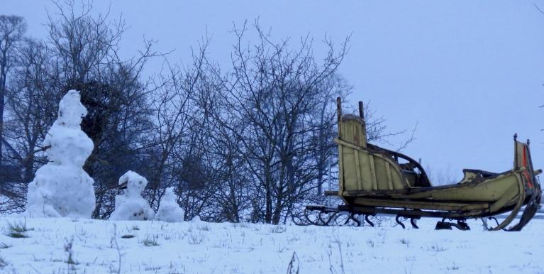 Ap pieciem vakarā snigšana mitējas. Kaimiņu mājā lielās ragavas vēl nav noliktas šķūnī, bērni cer uz vizināšanos.