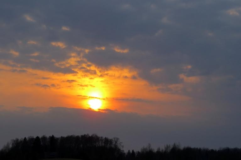 Saule noriet mākoņos.