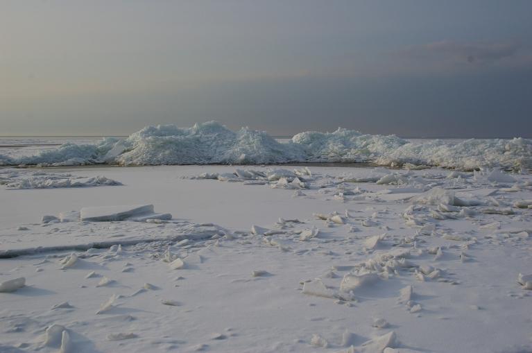 Autors: Mulkari. Lieldienas, 30.03. Par pavasari liecina vien tikai dienas garums. Mežos dziļi sniegi un jūrā piekrastē vēl biezs ledus, vietām izveidojušies ap 2 m augsti ledus krāvumi.