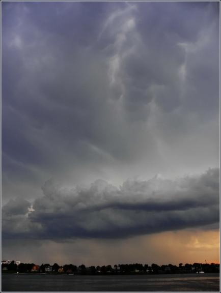 Aizejošais negaisa mākonis un Mammatus cloud.