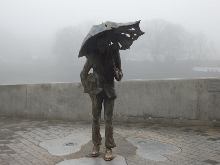 Ir vakars vēls un lietus līst,pa Jelgavu kāds students klīst........