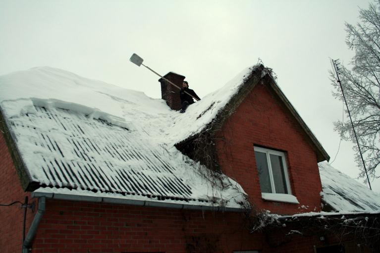 27.12.2010. Jau jātīra jumti. Apmācies, neliels sniegs, lēns ZA vējš, ap -5.