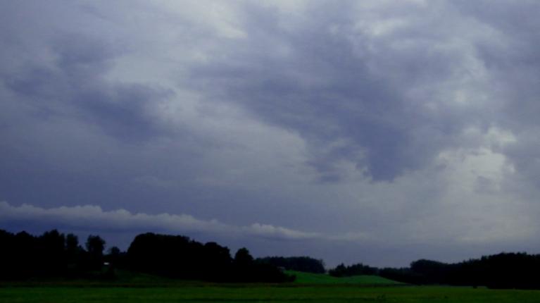 Tāds skats uz debesīm ir ap deviņiem vakarā, pirmās stiprās lietavas ir pāri, turpinās mierīga līšana.