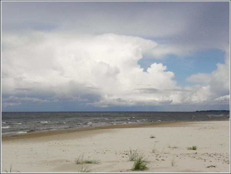 Jūlija negaiss virs jūras.