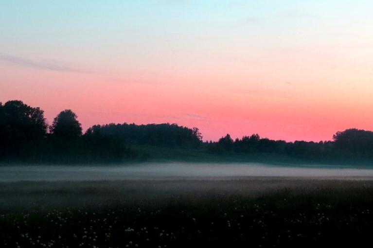 Pēc saulrieta ielejas lēnām piepildās ar miglas vāliem.