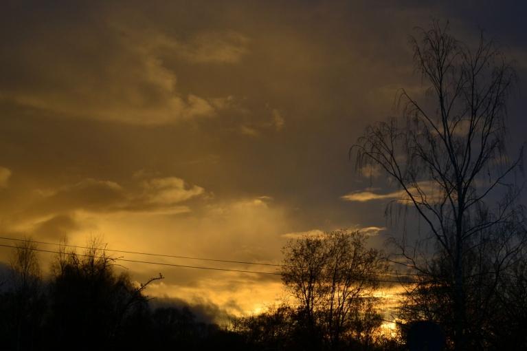 Nākošajā dienā, 12. novembrī, viss jau savādāk. Ciklons atnesis nelielu vētru ar lietu. Uz īsu brīdi pirms saulrieta debesis krāsojas dzeltenas.