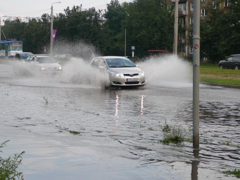 """Autors: Migla. Iebraucot Rīgā ap 19.00 Ķengaragā varēja vērot lietus """"gāziena"""" sekas, 05.07."""