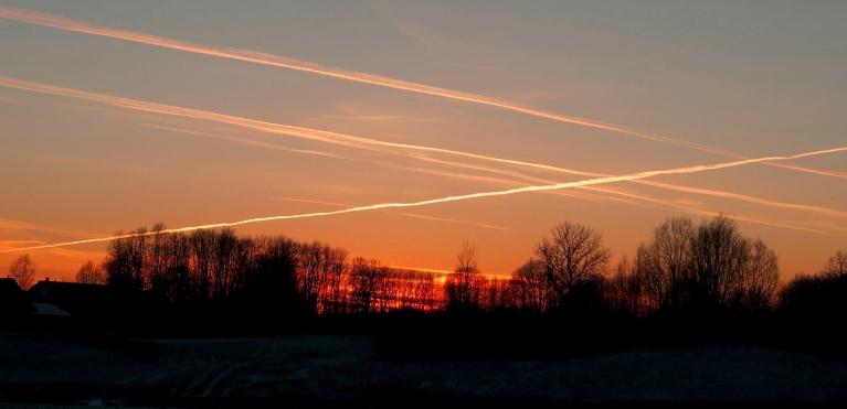 26. decembra strīpotās debesis.
