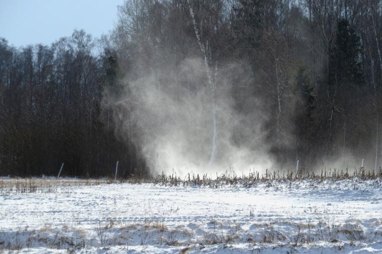 Vējš ik pa brīdim sagriež sniega virpuļus.