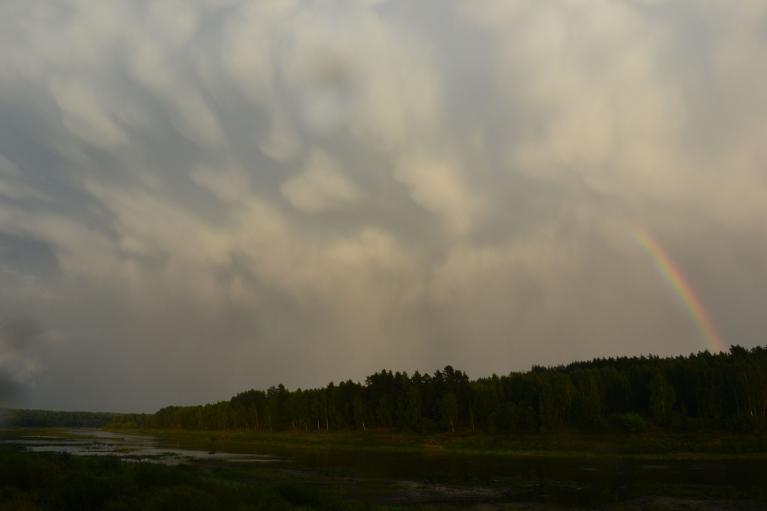 Tomēr negaisam aizejot, parādās arī skaistas debesis ar mammatus (tesmeņveidīgajiem) mākoņiem.