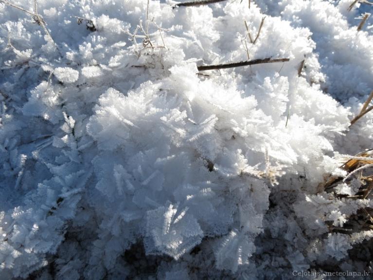LV centrālie rajoni, pļava noklāta ar birstošu sasalušu sniegu