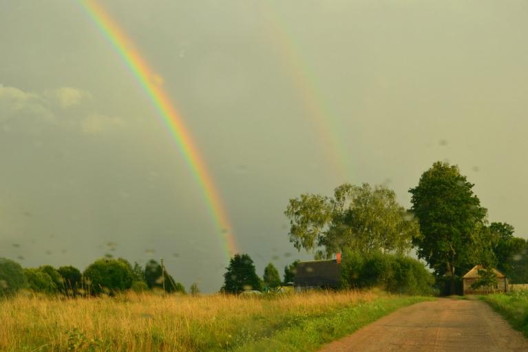 Kādu brīdi dubultā varavīksne ir ļoti spilgta.