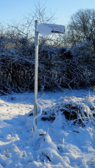 Interesants sniega dekors ap norādes kātu :).