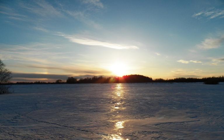 """""""Divas saules"""" starp Žīguriem un Viļaku. 29. marta saulriets. Tas skats nav pāri ezeram (vai kas tamlīdzīgs). Vienkārši - klajš lauks"""